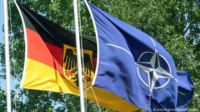 Germany and NATO flags next to each other (picture-alliance/dpa/M. Führer)