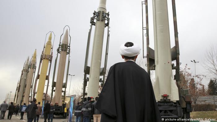 Mísseis terra-terra expostos nas comemorações do 40º aniversário da Revolução Islâmica do Irã