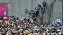 ARCHIV - Kurz vor dem Unglück bei der Loveparade am 24.07.2010 stehen Menschen dicht gedrängt an einem Tunnelausgang in Duisburg (Nordrhein-Westfalen). Foto: Daniel Naupold/dpa +++(c) dpa - Bildfunk+++   Verwendung weltweit