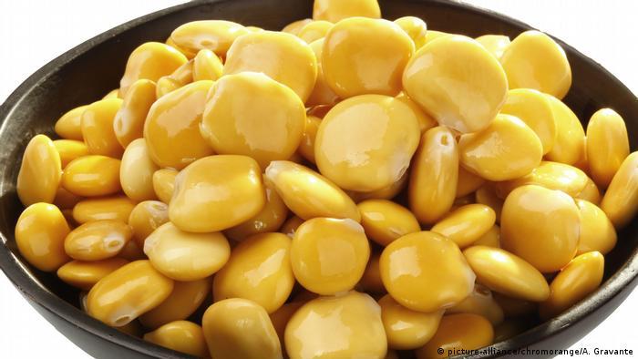باقلا مصری (لوپن) در مقایسه با دیگر حبوبات دارای پورین کمتری است که به این دلیل برای افرادی که رماتیسم، نقرس و یا سنگ کلیه دارند مفید است. باقلا مملو از ویتامین ب ۱۲ و پروتئین است. باقلا مانند دیگر حبوبات منبع سرشاری از پتاسیم، منیزیم، آهن، روی، منگنز و سلنیم است.