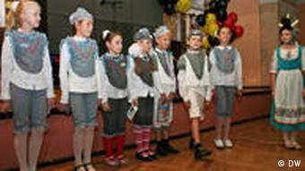 Учащиеся младших классов школы из Слуцка показывают театрализованное представление на немецком языке