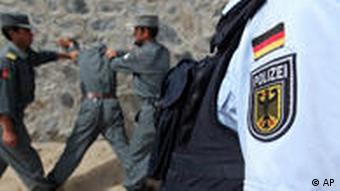 Auf diesem Foto vom 12. Mai 2009 trainiert ein deutscher Polizeiausbilder afghanische Polizisten in Feyzabad in Afghanistan.