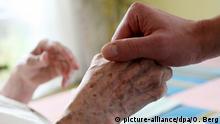 Symbolbild Hand eine alten Frau in Altenheim