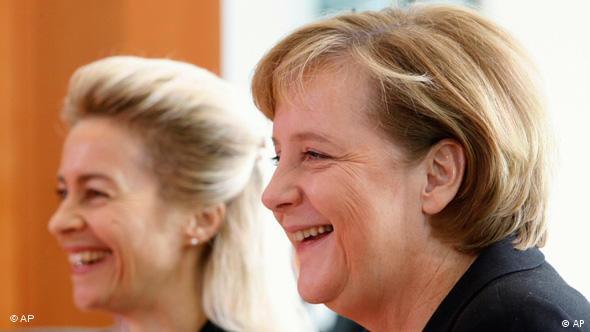 Η Άνγκελα Μέρκελ σε φωτογραφία με τη σημερινή πρόεδρο της Κομισιόν, Ούρσουλα φον ντερ Λάιεν, το 2006