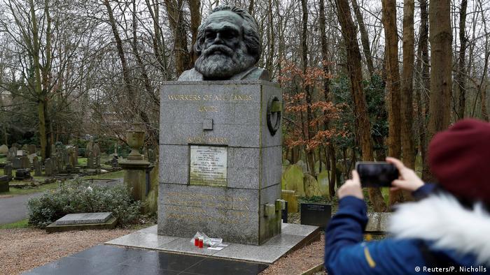 Pengunjung memoto nisan Karl Marx Highgrave CEmetery, London