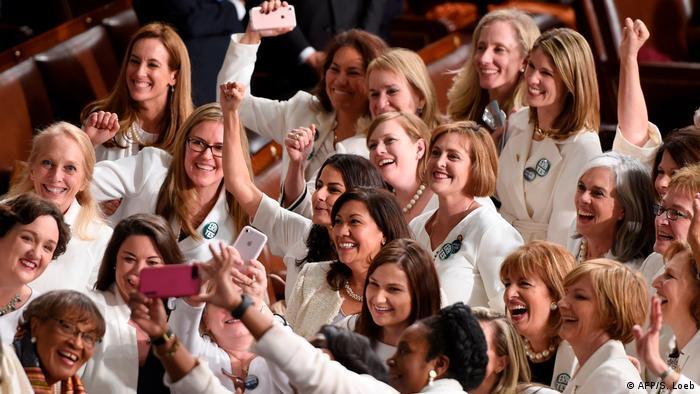 Weibliche Kongressabgeordnete ganz in weiß - zur Erinnerung an die Einführung des Frauenwahlrechts in den USA vor 100 Jahren (Foto: Getty Images/S. LoebAFP)