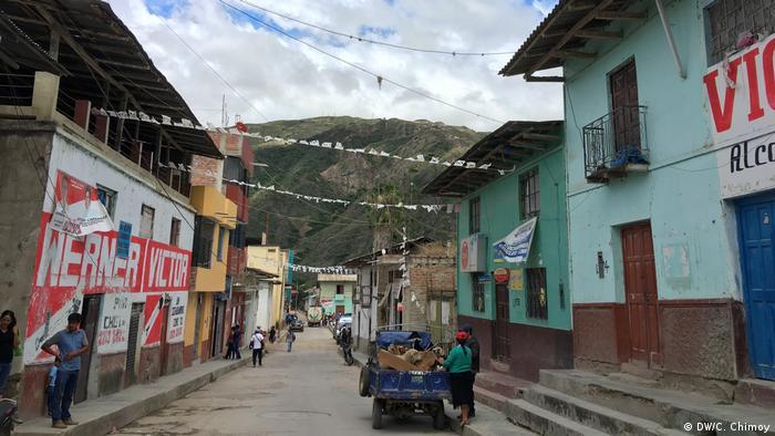 Peru Dorf in den Bergen (DW/C. Chimoy)