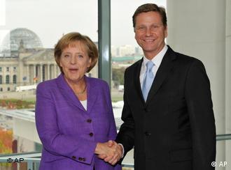 Regierungschefin Angela Merkel und der FDP-Vorsitzende Guido Westerwelle begrüßen sich lächelnd per Handschlag (Foto: AP)
