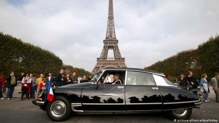 وقتی سیتروئن دی سی در سال ۱۹۵۵ در نمایشگاه خودرو پاریس به نمایش درآمد، بسیاری از شباهت آن با سفینه فضایی سخن گفتند. سیتروئن دی سی در کنار طراحی زیبا، نوآوری فنر هیدرولیک و با ضریب پسار ۳۷, ۰ از جذابیت بیشتری در مقابل رقبای دوران خود برخوردار بود.