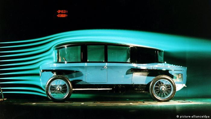 ادموند رومپلر اتریشی در سال ۱۹۲۱ و در نمایشگاه خودرو برلین اتومبیلی با طرح قطره را به نمایش گذاشت. ضریب پسار ۲۸, ۳ این خودرو برای آن زمان باورنکردنی بود. قطره متاسفانه موفقیت تجاری نداشت و تنها ۱۰۰ دستگاه از آن ساخته شد. تعداد زیادی از این اتومبیل در فیلم متروپولیس نابود شدند و امروز تنها دو دستگاه از آن باقی مانده که یکی در موزه مونیخ نگهداری میشود.