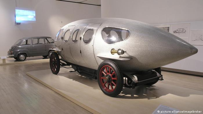 اولین اتومبیل نمایشی در تاریخ صنعت خودروسازی که تلاش شده است قوانین آیرودینامیک در آن مد نظر گرفته شود آلفا ۴۰-۶۰ اچپی ساخت سال ۱۹۱۴ است. این خودرو برای یکی از اشراف بنام ماریو ریکوتی ساخته شده است که دارای بدنه آلومینومی است و سرعت آن تا ۱۳۹ کیلومتر در ساعت میرسیده است. ضریب پسار این خودرو هنوز هم مشخص نیست.
