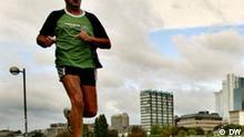 Ausschnitt: Ein Laeufer und die Skyline spiegeln sich am Dienstag, 23. September 2003 in einer Pfuetze am Mainufer von Frankfurt. Puenktlich zum Herbstbeginn hat sich der Altweibersommer verabschiedet und Regen und kuehleren Temperaturen Platz gemacht. (AP Photo/Michael Probst)