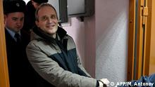 Dennis Christensen is escorted inside a courthouse following the verdict announcement in the town of Oryol on February 6, 2019. - A Russian court on February 6, 2019 sentenced a Jehovah's Witness to six years in prison for extremism, in the first conviction of its kind since a 2017 law that outlawed the religious group. (Photo by Mladen ANTONOV / AFP)