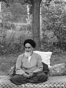 Ο μυστικισμός του Χομεϊνί στη γαλλική εξορία. Καθισμένος κάτω από τη μηλιά