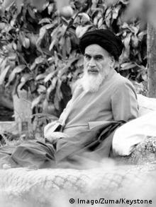 Ayatollah Khomeini under a tree in Neauphle-Le-Chateau (Imago/Zuma/Keystone)