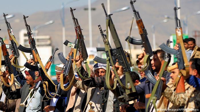 Rebeldes hutíes con armas en Saná, la capital de Yemen.