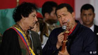 September 2009: Venezuelas Präsident Chavez überreicht Gaddafi die Kopie eines Schwerts des Freiheitskämpfers Simon Bolivar