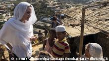 HANDOUT - 04.02.2019, Bangladesch, Cox's Bazar: Angelina Jolie (l), US-Schauspielerin und Sonderbotschafterin des UN-Flüchtlingshilfswerks UNHCR, spricht im Flüchtlingslager Chakmarkul mit Angehörigen der Rohingya. Der Hollywood-Star verbringt drei Tage im Bezirk Cox's Bazar. (zu dpa «Angelina Jolie in Flüchtlingscamp: Not der Rohingya «beschämend» vom 05.02.2019) Foto: Santiago Escobar-Jaramillo/UNHCR/dpa - ACHTUNG: Nur zur redaktionellen Verwendung im Zusammenhang mit einer Berichterstattung über (die Sendung/den Film/die Auktion/die Ausstellung/das Buch) und nur mit vollständiger Nennung des vorstehenden Credits +++ dpa-Bildfunk +++  