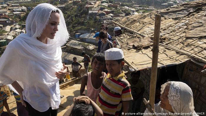 Angelina Jolie visita un campo de refugiados en Bangladés.