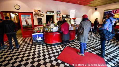 Kino Neues Off, Berlin: Foyer im 50er Jahre Look (picture-alliance/dpa/ZB/J. Kalaene)