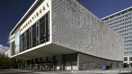 Kino International Berlin, Fassade (picture-alliance/imageBROKER/T. Robbin)