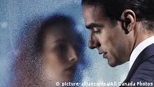 Symbolbild | Portrait Mann und Frau vor Glasscheibe