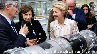 Frankreich Verteidigungsministerin von der Leyen und ihre Kollegin Florence Parly (picture-alliance/dpa/B. von Jutrczenka)