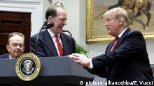 February 6, 2019*** 06.02.2019, USA, Washington: US-Präsident Donald Trump (r) reicht Ökonom David Malpass die Hände, nachdem er ihn als neuen Präsidenten der Weltbank vorgeschlagen hat. Foto: Evan Vucci/AP/dpa +++ dpa-Bildfunk +++ |