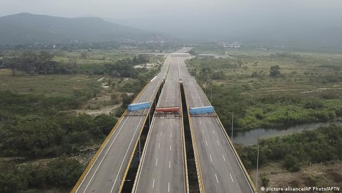 Venezuela Kolumbien Grenzübergang auf der Tienditas Brücke bei Cucuta (picture-alliance/AP Photo/APTN)