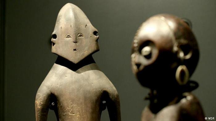 Photo of 2 bronze sculptures