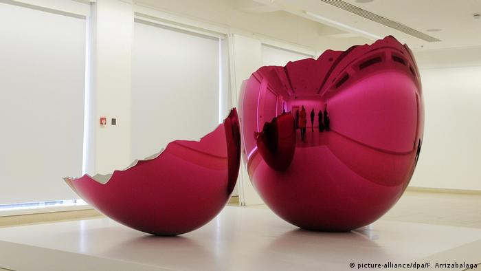 Ausstellung Jeff Koons Skulptur: Cracked Egg (picture-alliance/dpa/F. Arrizabalaga)