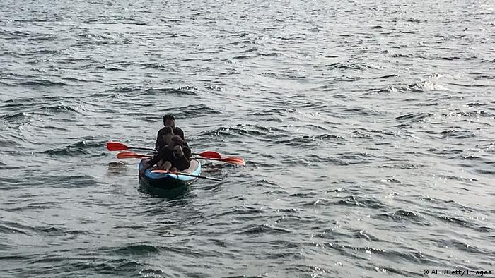 پناهجویان در یک قایق کوچک در آبهای کانال مانش