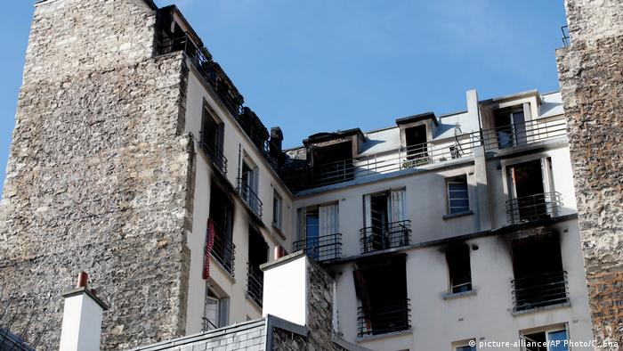 The apartment after the blaze, its interior scorched black. (picture-alliance/AP Photo/C. Ena)