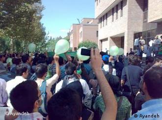 دانشجویان شریف مقابل کتابخانه