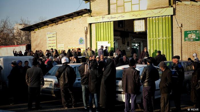 ازدحام مردم برای خرید گوشت به قیمت یارانهای (عکس از آرشیو)