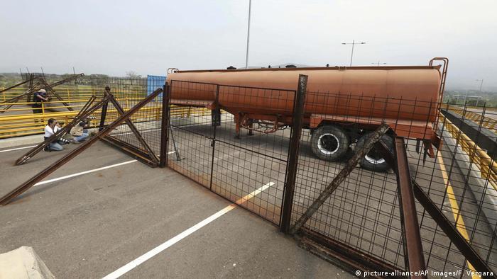 Venezuela Grenzübergang zu Kolumbien Tienditas Brücke bei Cucuta (picture-alliance/AP Images/F. Vergara)