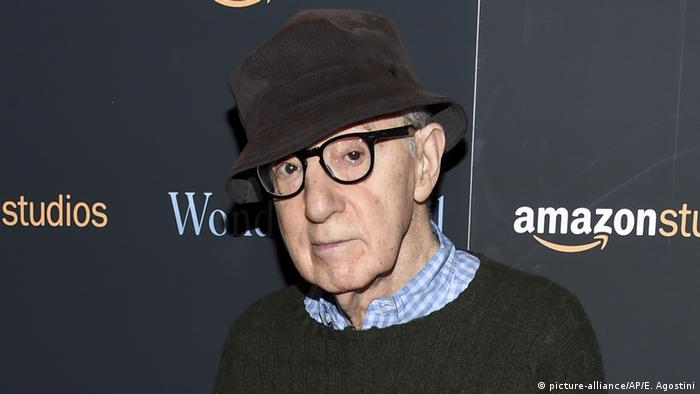 Filmmaker Woody Allen stands in front of advertising for Amazon Studios (picture-alliance/AP/E. Agostini)