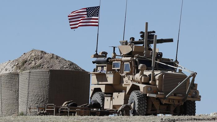 Syrien US Soldaten bei Manbidsch (picture-alliance/AP Photo/H. Malla)