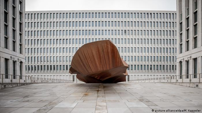 The monolith 'Das Ding' sits at BND HQ (picture-alliance/dpa/M. Kappeler)