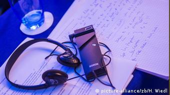 Портативное мобильное устройство для нашептывания - один из гаджетов, наиболее часто используемых переводчиками-синхронистами