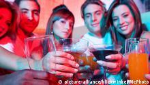 Symbolbild Feier junge Leute mit Getränken