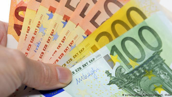 Symbolbild 560 Euro Grundeinkommen (picture-alliance/chromorange/C. Ohde)