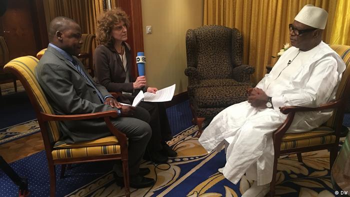 Mali's President Ibrahim Boubacar Keita with DW journalists Dirke Köpp and Eric Topona ( (photo: DW)