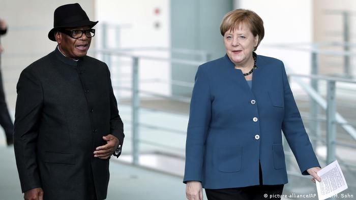 Mali's President Ibrahim Boubacar Keita (left) and German Chancellor Angela Merkel (photo: picture-alliance/AP Photo/M. Sohn)