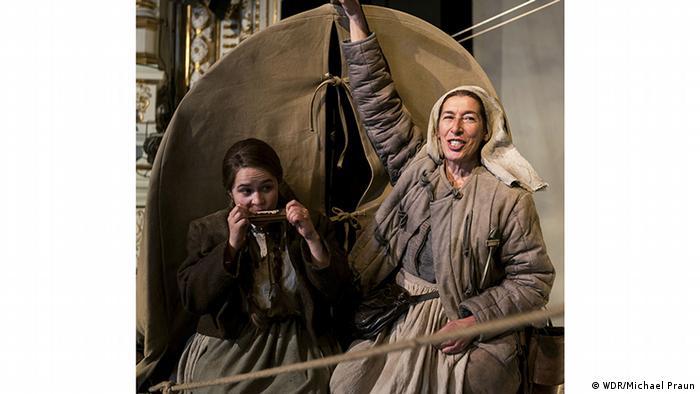 Adele Neuhauser (dir.) como Helene Weigel representando Mãe Coragem