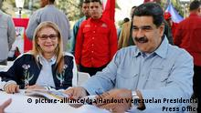 08.02.2019, Venezuela, Caracas: 5774941 08.02.2019 In this handout photo distributed by Venezuelan Presidential Press Office, Venezuelan President Nicolas Maduro and his wife Cilia Flores join a campaign to collect signatures on a letter to U.S. President Donald Trump against the possible intervention oh the United States in Venezuela, in Plaza Bolivar, in Caracas, Venezuela. On Sunday, Trump said that the military intervention aimed at settling the current political conflict in Venezuela was an option. Editorial use only, no archive, no commercial use. Venezuelan Presidential Press Office Foto: Venezuelan Presidential Press Office |