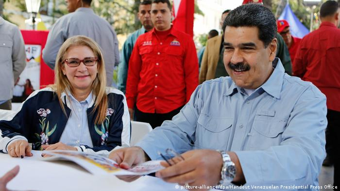 Venezuela Maduro Unterschriftenkampagne in Bolivar (picture-alliance/dpa/Handout Venezuelan Presidential Press Office)