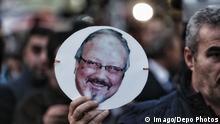 Leute halten Bilder von Jamal Khashoggi während der Demonstration vor dem saudi-arabischen Konsulat