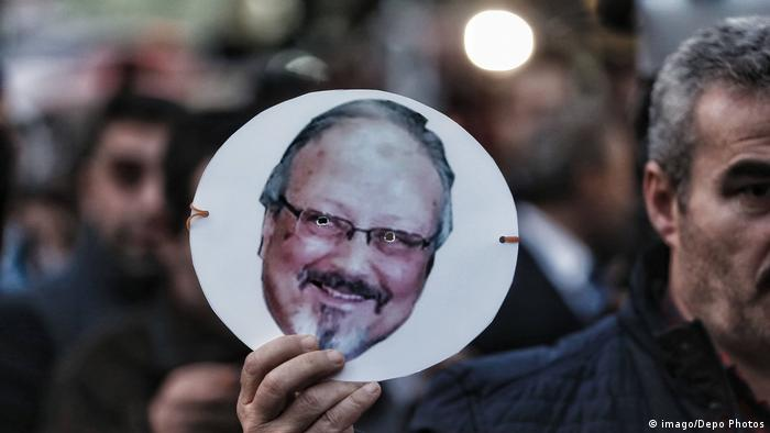 A protester holds up a photo of Jamal Khashoggi during a demonstration at the Saudi Consulate in Istanbul (imago/Depo Photos)
