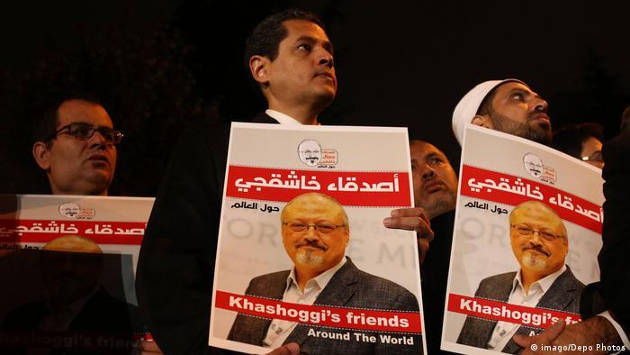 Leute halten Bilder von Jamal Khashoggi während der Demonstration vor dem saudi-arabischen Konsulat (imago/Depo Photos)